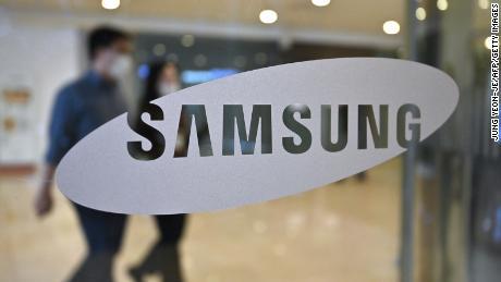 Samsung reports bumper profits but warns of future recession